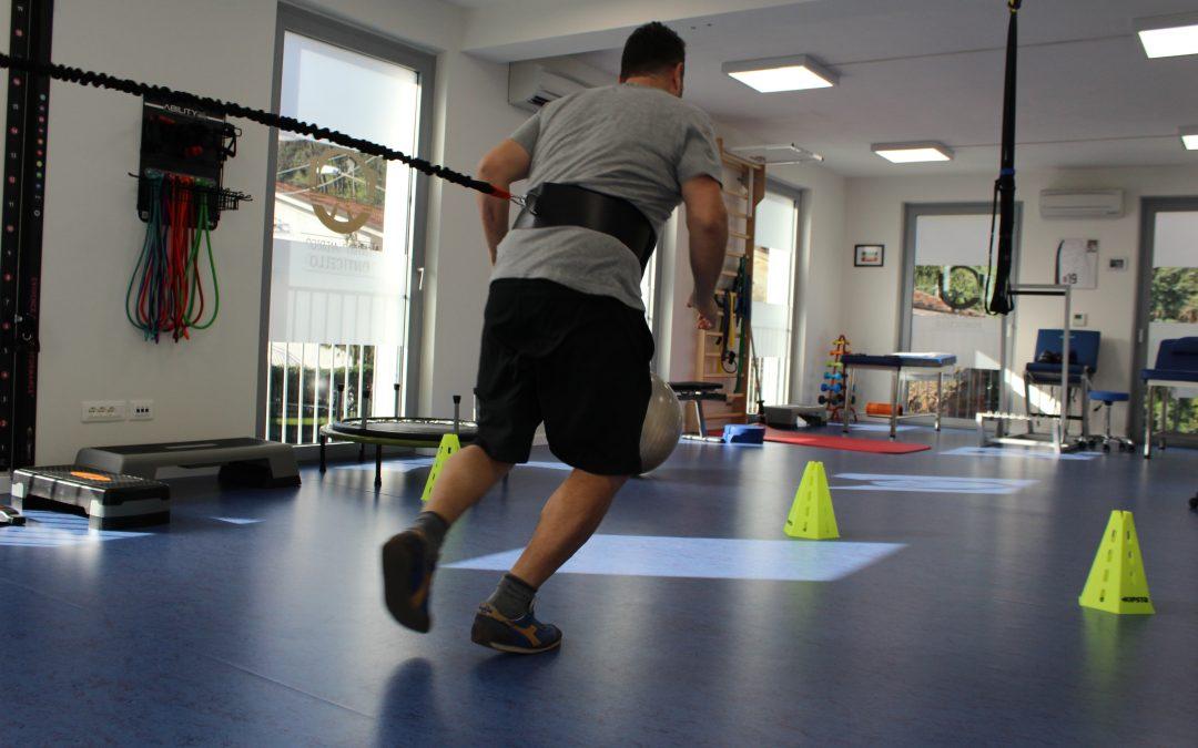 I programmi basati su esercizi isometrici ed isotonici riducono il dolore in atletici con tendinopatia rotulea durante la stagione? Uno studio clinico randomizzato